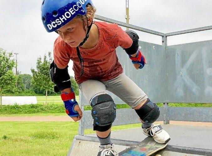 Skate à Pluvigner - Enfant sur un skateboard en cours de skate dans le Pays d'Auray